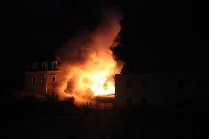 Brand in Dippoldiswalde: Doppelgarage und PKW gingen in Flammen auf