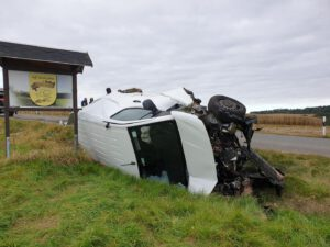 Zwei Menschen bei Unfall schwer verletzt – Zeugen gesucht